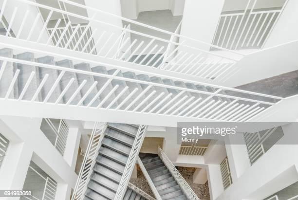 moderne treppe architektur neues rathaus salzburg österreich - einfachheit stock-fotos und bilder