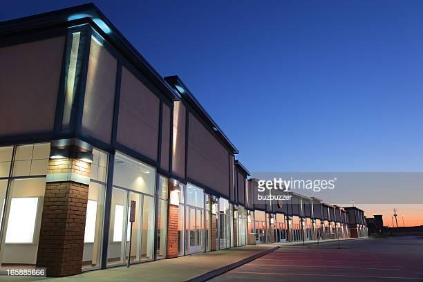 Moderne centre commercial de l'extérieur du bâtiment au coucher du soleil