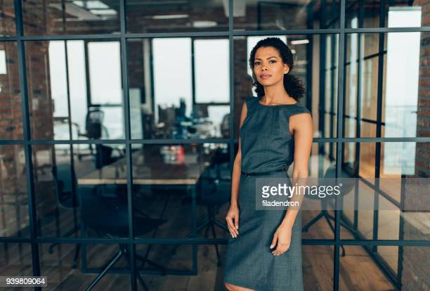 mulher de negócios bem sucedido moderno - plano americano - fotografias e filmes do acervo