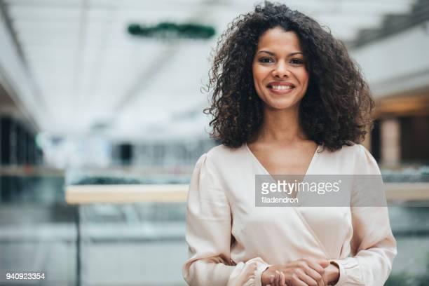 mulher de negócios bem sucedido moderno - governo - fotografias e filmes do acervo