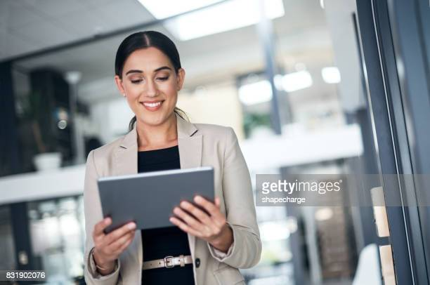 tecnologia moderna para uma mulher de negócios moderna - utilizar o tablet - fotografias e filmes do acervo