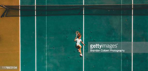 modern tennis girl - lying down photos et images de collection