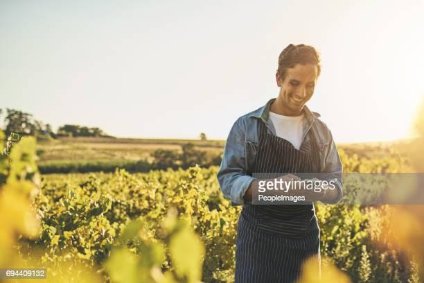 moderne werkzeuge für den modernen landwirt - landwirtschaftlicher beruf stock-fotos und bilder