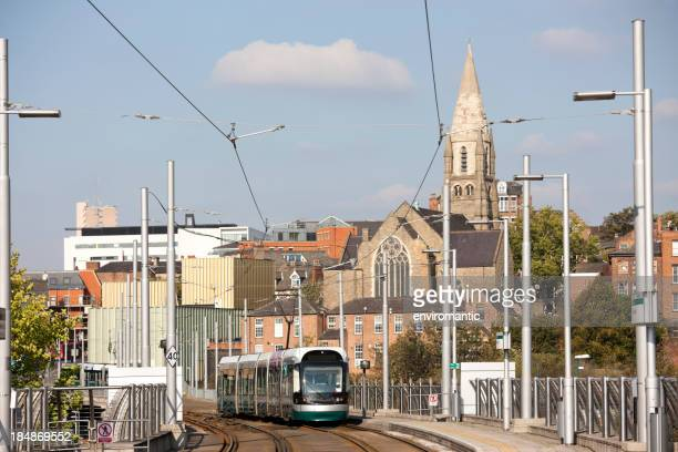 Moderne Straßenbahn in Nottingham City centre.