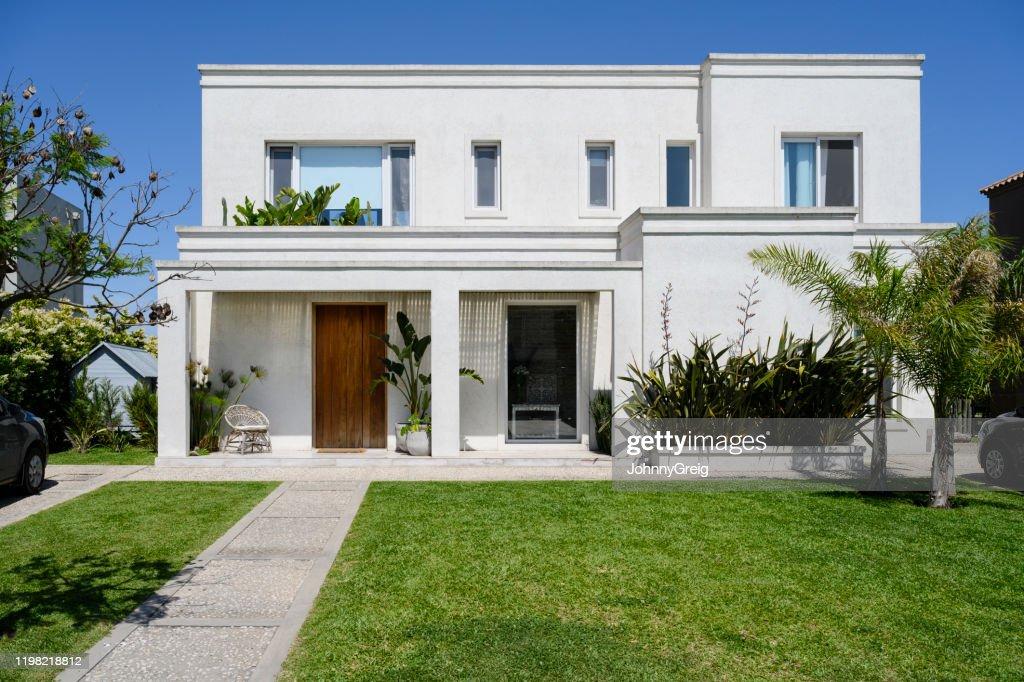 Moderna casa de dos pisos y patio delantero en Buenos Aires : Foto de stock