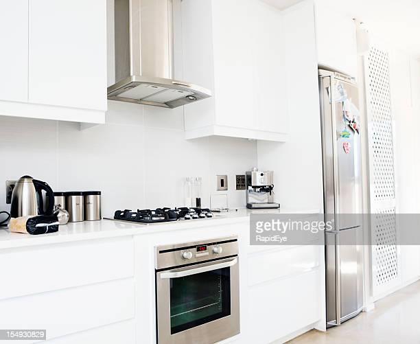 Modern, upmarket, branco e aço inoxidável Cozinha doméstica