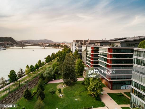 parti urbane moderne di budapest, ungheria, vista aerea sull'architettura moderna nella capitale e nel quartiere degli affari - quartiere finanziario foto e immagini stock