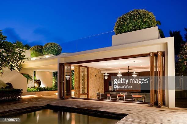 modern villa with a pool - avondschemering stockfoto's en -beelden