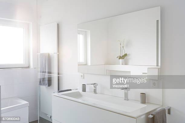 modern white bathroom - bathroom stock photos and pictures