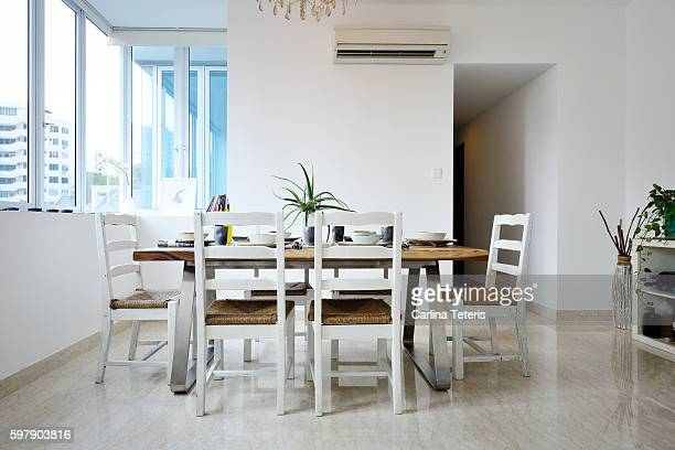 modern wooden home dining table set with place settings - sala da pranzo foto e immagini stock