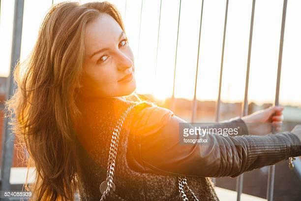 Moderne Junge Frau Porträt in urbanen Szene mit Gegenlicht