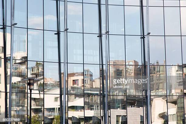 Moderne und luxuriöse Neubauten im Stadtentwicklungsgebiet Tjuvholmen auf dem Gelände einer ehemaligen Industriebrache in Oslo Spiegelung in einer...