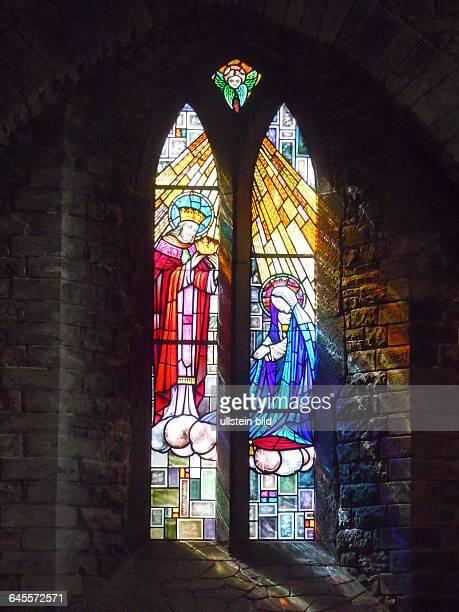 Modernes farbiges Glasfenster in der Kirche aufgenommen am 22 Juli 2015 in der Kleinstadt Adare bei Limerick