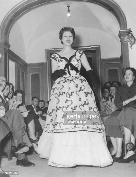 * Modeschöpfer D Frühjahr und Sommerkollektion 1953 Abendkleid 'EröffnungsPolka' März 1953