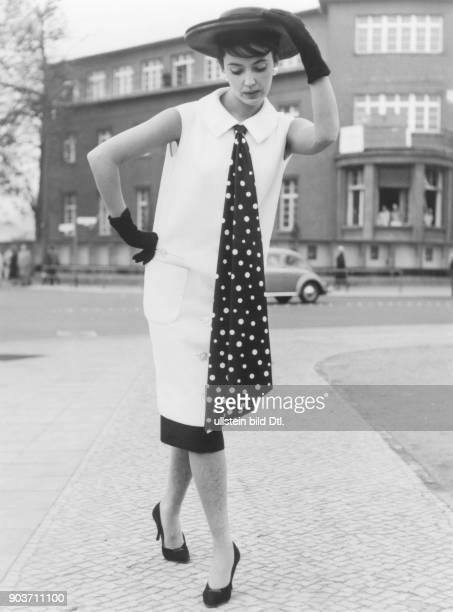 * Modeschöpfer D Kleid in sogenannter 'GazellenLinie' Oktober 1957