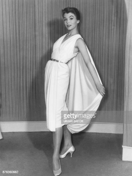 * Modeschöpfer D Modell 'Athen' Cocktailkleid aus weissem Seidenjersey mit schmalem Gürtel präsentiert in der Frühjahr und Sommerkollektion 1956 Mai...