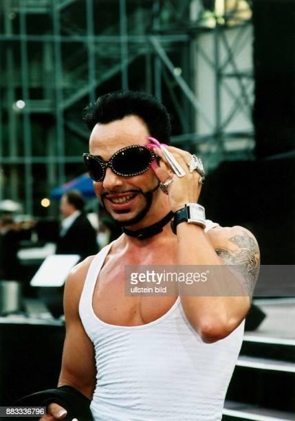 Modeschöpfer D Porträt mit Sonnenbrille 2002