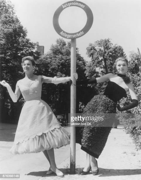 * Modeschöpfer D zwei Cocktailkleider rechts das Modell ' Rififi' aus schwarzem Organza mit Samt von Oestergaard Juni 1956