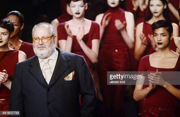 Modeschöpfer, Italien- mit Models nach seiner ModenschauHerbst/Winter 1998/1999 in Mailand- 1998