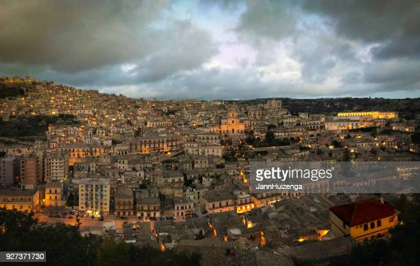 modica, sicily: panorama of city at night; st george cathedral - sicilia foto e immagini stock