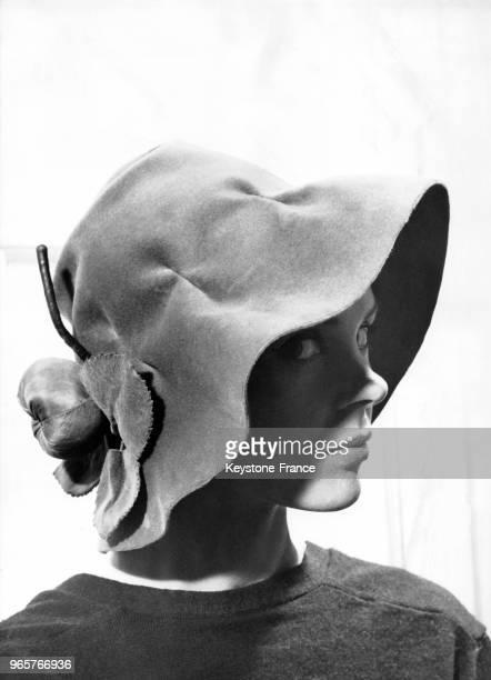 Modèle 'Kouka' un chapeau de feutre feuille d'olivier retombant sur la nuque et orné à l'arrière d'une pomme en soie verte création Jean Barthet pour...