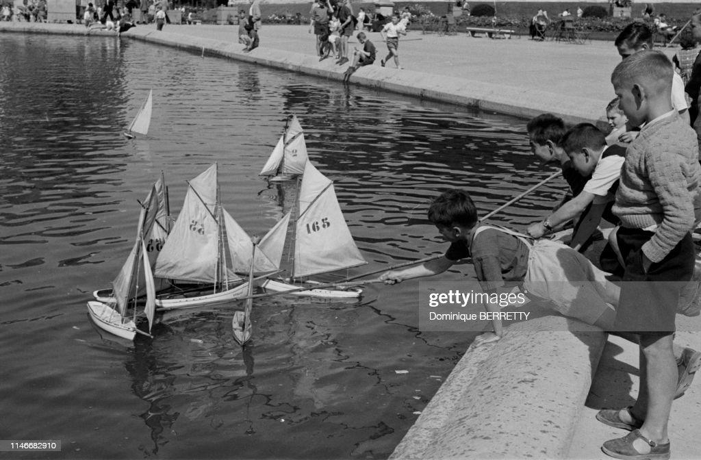 Modeles Reduits De Bateaux Dans Le Grand Bassin Du Jardin Du