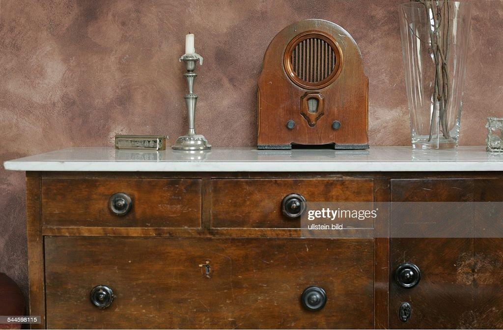 Moebel, Alte Anrichte Mit Marmorplatte Im Wohnzimmer, Darauf Ein Altes Radio