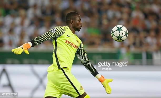 Moenchengladbach Germany Champions League Qualifikation Rueckspiel Borussia Moenchengladbach Young Boys Bern Torwart Yvon Mvogo beim Abschlag