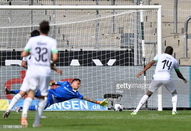 Moenchengladbach's Alassane Plea right scores his side's fourth goal during the Bundesliga match between Borussia Moenchengladbach and 1 FC Union...