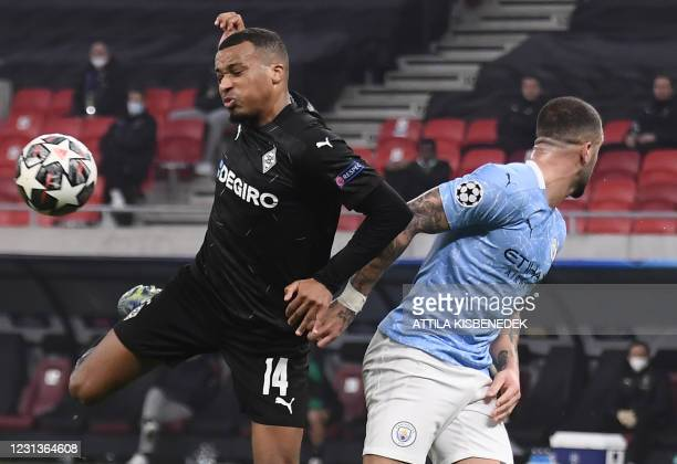 Moenchengladbach's French forward Alassane Plea and Manchester City's English defender Kyle Walker vie for the ball during the UEFA Champions League,...