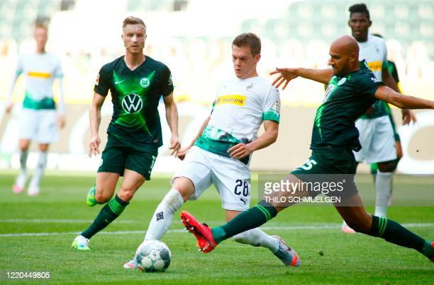 Moenchengladbach's German defender Matthias Ginter and Wolfsburg's US defender John Brooks vie for the ball during the German first division...