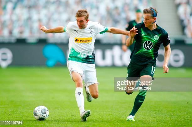 Moenchengladbach's German midfielder Christoph Kramer and Wolfsburg's German defender Yannick Gerhardt vie for the ball during the German first...