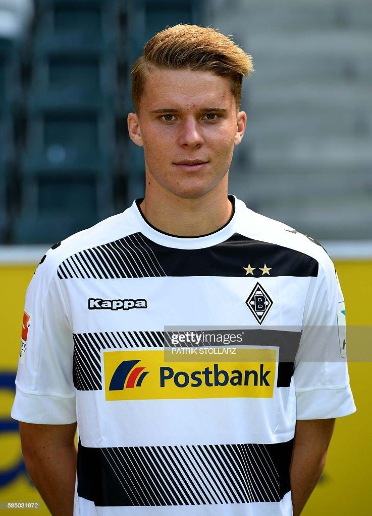 Moenchengladbach's Swiss defender Nico Elvedi poses during the team presentation of Borussia Moenchengladbach on August 1, 2016 in Moenchengladbach , western Germany. / AFP / Patrik STOLLARZ