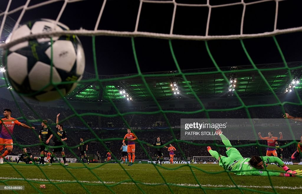 Moenchengladbach's Swiss goalkeeper Yann Sommer dives for the ball during the UEFA group C Champions League football match between Borussia Moenchengladbach and Manchester City on November 23, 2016 in Moenchengladbach, western Germany. / AFP / PATRIK