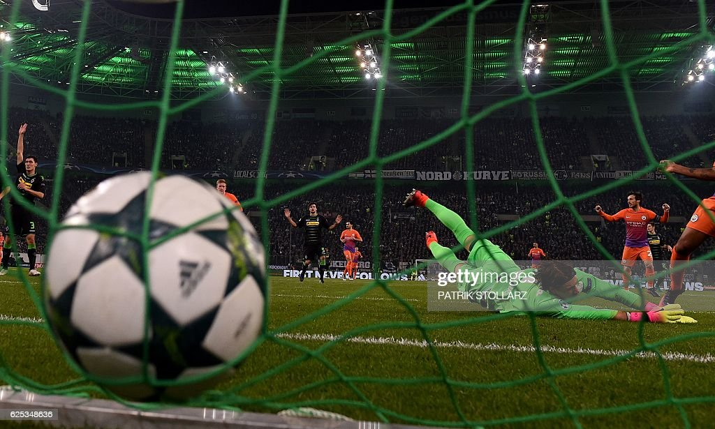 TOPSHOT - Moenchengladbach's Swiss goalkeeper Yann Sommer dives for the ball during the UEFA group C Champions League football match between Borussia Moenchengladbach and Manchester City on November 23, 2016 in Moenchengladbach, western Germany. / AFP / PATRIK