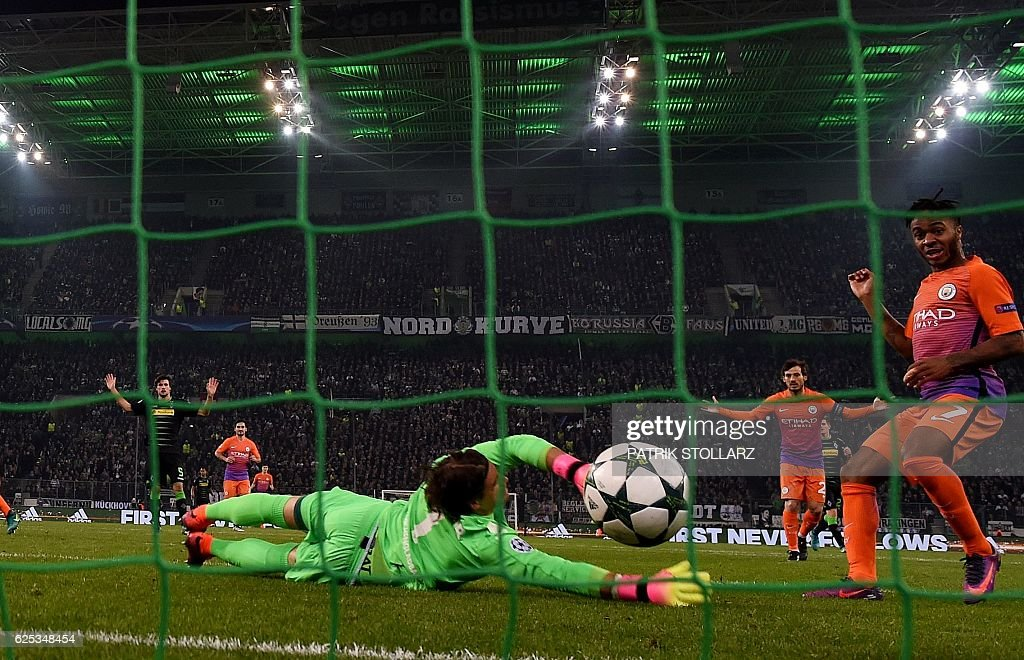 Moenchengladbach's Swiss goalkeeper Yann Sommer (C) dives for the ball next to Manchester City's English midfielder Raheem Sterling during the UEFA group C Champions League football match between Borussia Moenchengladbach and Manchester City on November 23, 2016 in Moenchengladbach, western Germany. / AFP / PATRIK