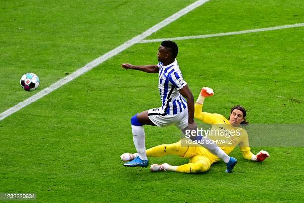 Moenchengladbach's Swiss goalkeeper Yann Sommer vies for the ball with Hertha Berlin's Colombian forward Jhon Cordoba during the German first...