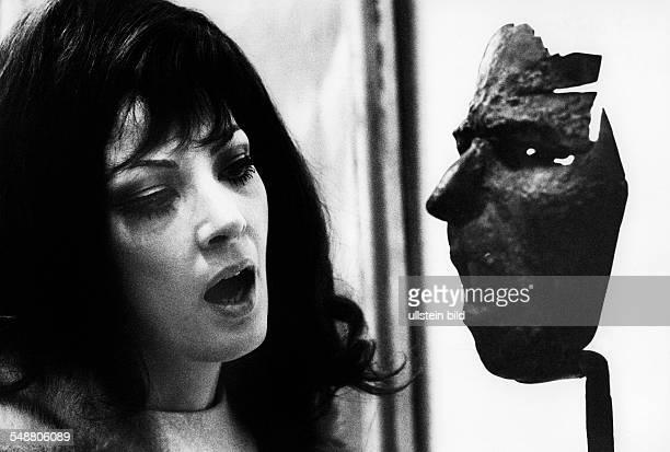 Moffo Anna Opera Singer Actress USA * portrait with a mask 1965 Photographer Jochen Blume Vintage property of ullstein bild