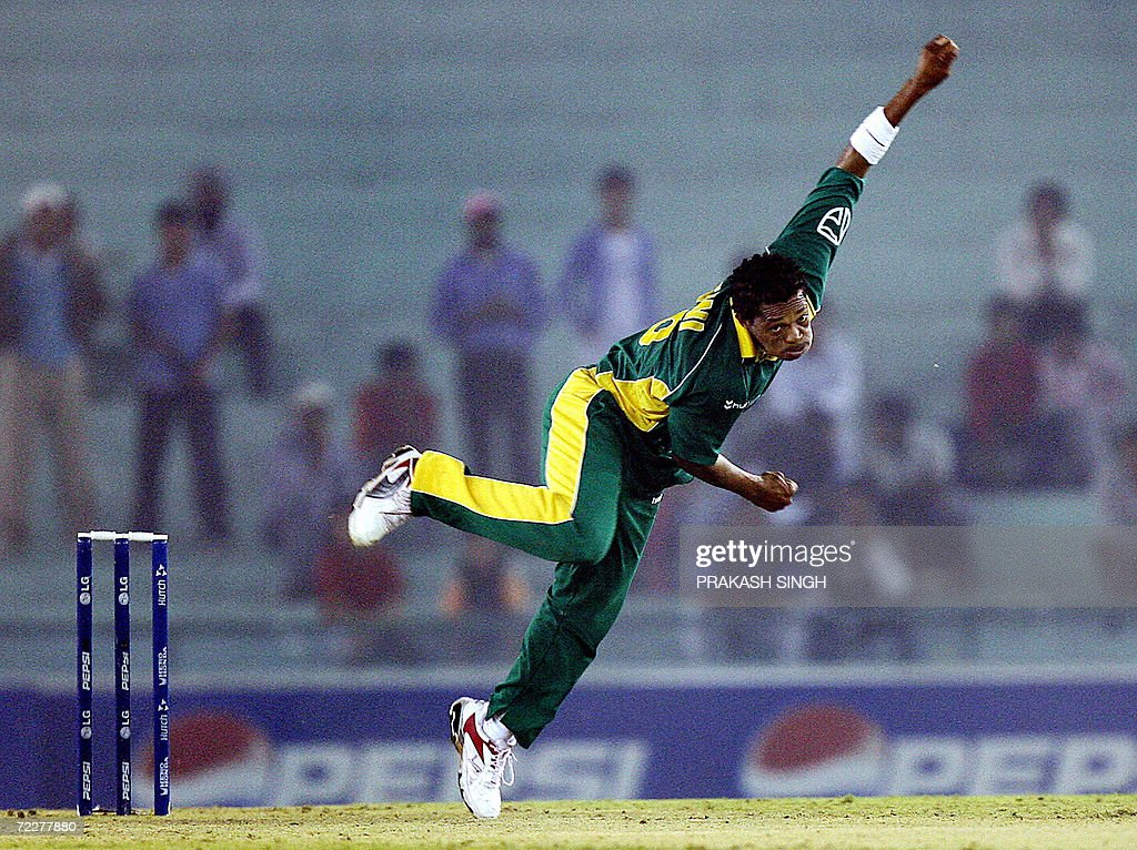 South Africa cricketer Makhaya Ntini bow : News Photo