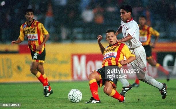 Mohamed ben Chrifa de Wydad Casablanca cherche à contrer le meneur de jeu de l'Espérance de Tunis Meher Kanzari le 10 octobre à TUnis lors de la...