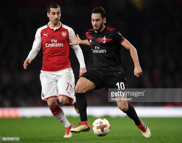 Mohamed Elneny breaks past Henrikh Mkhitaryan of Arsenal during the UEFA Europa League Round of 16 Second Leg match between Arsenal and AC Milan at...