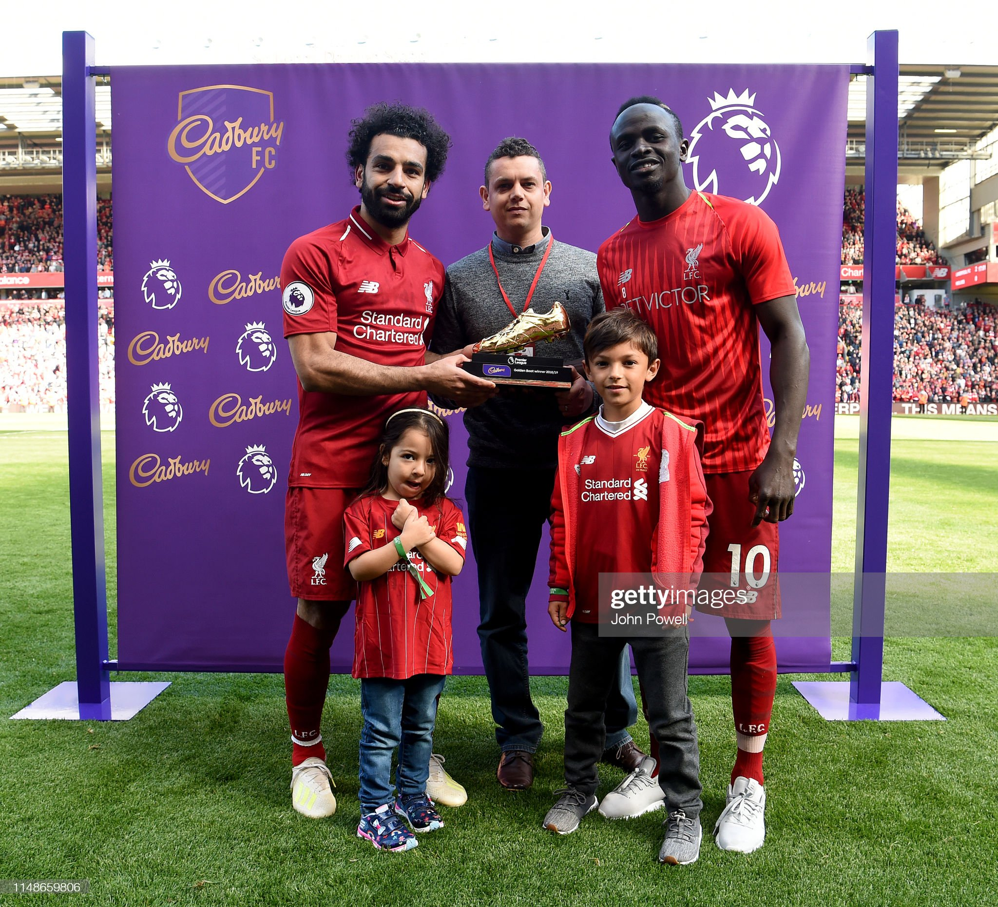 ¿Cuánto mide Sadio Mané? - Real height Mohamed-salah-and-sadio-mane-of-liverpool-with-the-golden-boot-at-the-picture-id1148659806?s=2048x2048