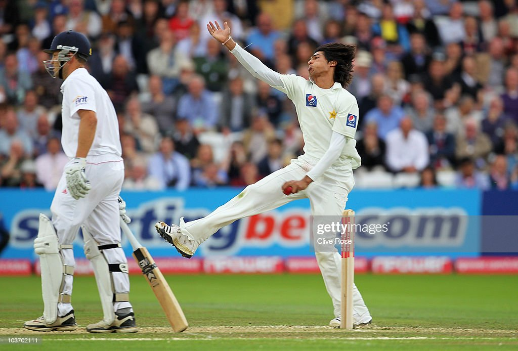 Mohammad Amir of Pakistan bowls with Jonathan Trott of England during day two of the 4th npower Test Match between England and Pakistan at Lord's on August 27, 2010 in London, England.