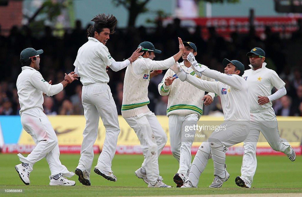 Mohammad Amir (2ndL) of Pakistan celebrates the wicket of Graeme Swann of England with team mates during day two of the 4th npower Test Match between England and Pakistan at Lord's on August 27, 2010 in London, England.