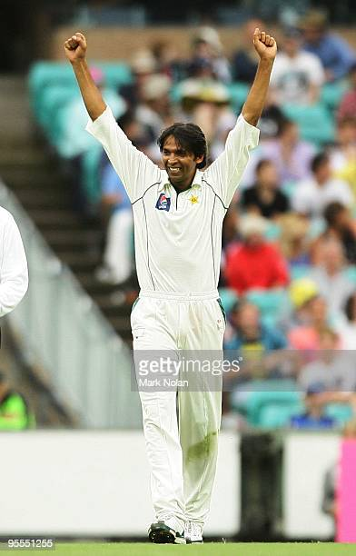 Mohammad Asif of Pakistan celebrates capturing the wicket of Mitchell Johnson of Australia during day one of the Second Test match between Australia...