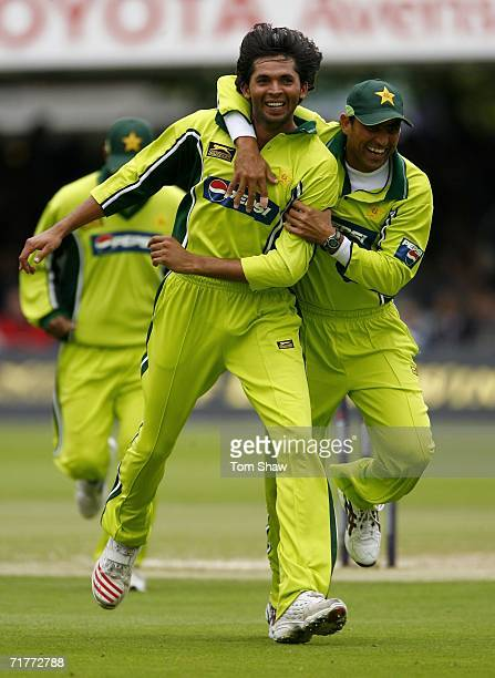 Mohammad Asif of Pakistan celebrates the wicket of Kevin Pietersen of England with Younis Khan of Pakistan during the 2nd NatWest Series One Day...