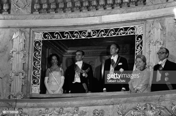 Mohammad Reza Pahlavi Valéry Giscard d'Estaing et AnneAymone Giscard d'Estaing assistent à un ballet à Versailles lors de la visite officielle du...