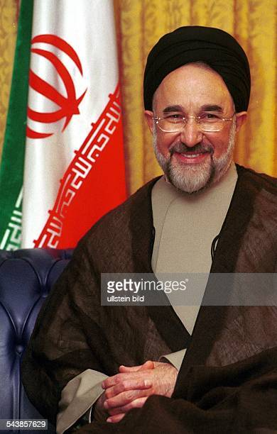 Mohammed Khatami, Präsident der Islamischen Republik Iran, in Berlin. Im Hintergrund steht die Flagge des Landes. .