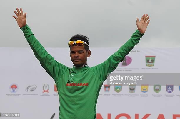 Mohd. Zamri Saleh of Terengganu Cycling Team got Green jersey in Stage 6 Tour de Singkarak 2013. Start from Pariaman to Painan, distance 144,5 km.
