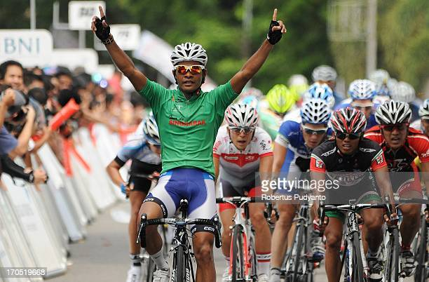 CONTENT] Mohd Zamri Saleh raise his hand to celebrates after finished in 4th on the last stage 7 Tour de Singkarak 2013 at Padang West Sumatra...